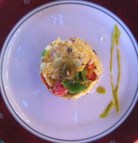 Plat d'œufs brouillés aux légumes au petit déjeuner de l'hôtel à La Havane