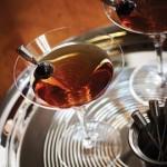 Servite il cocktail guarnendo con una ciliegia aromatizzata