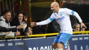 Il giocatore di serie A Maccarone, che beve birra dopo aver segnato un gol