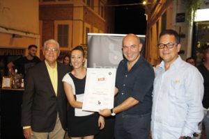 Azzurra Detto (titolare del Doppiozero LAB) mentre viene insignita del diploma di bartender del Ron Ligero Cubano