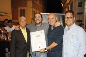 Ivan Forti (Bartender di Bar.it) mentre viene insignita del diploma di bartender del Ron Ligero Cubano