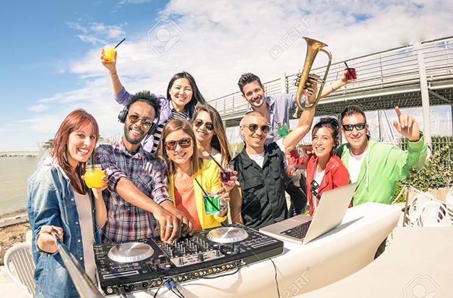 42737684-persone-che-prendono-vita-bassa-funky-selfie-e-divertirsi-insieme-alla-spiaggia-rave-afterhour-parti-archivio-fotografico