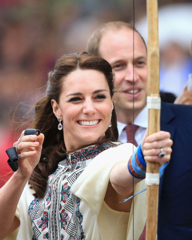 كيت ترتدي كيكي ماكدونو لافندر الجمشت الكمثرى والبيضاوي قطرة الأقراط أثناء القيام الرماية يشاهدها الأمير وليام
