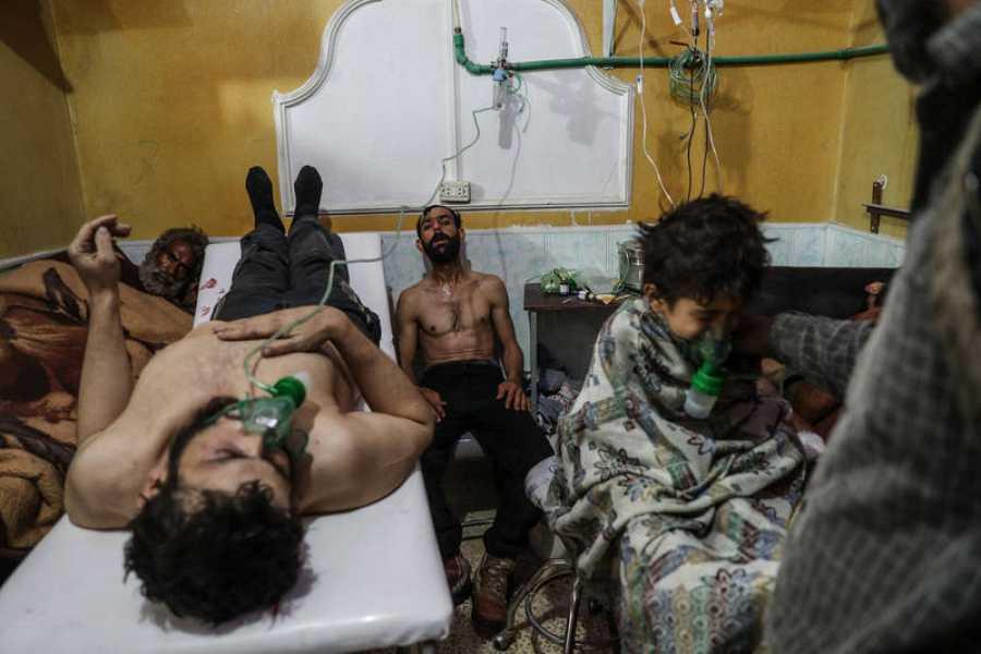 ضحايا هجوم بالغاز المزعوم يتلقون العلاج في الغوطة الشرقية