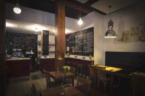 La sala y la barra en el Bar Amor