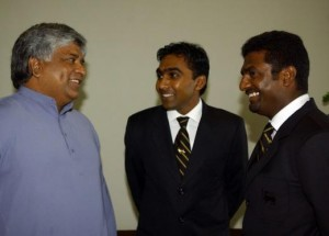 Former Sri Lankan captain Arjun Ranatunga (left) with Sri Lankan players Mahela Jayawardena and Muttiah Muralitharan.