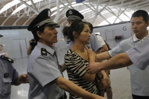 Mother of Wang Linjia, one of the two girls killed during the Asiana Airlines plane crash on Saturday, leaves for San Francisco from Shanghai Pudong airport