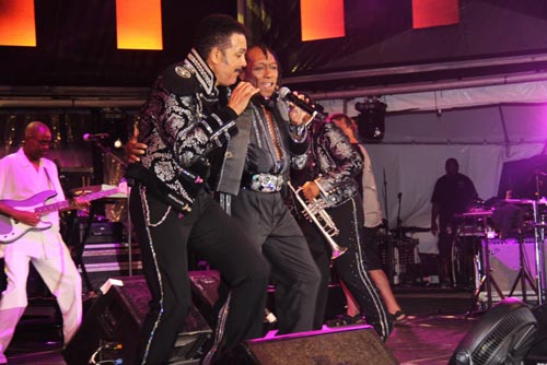 The Commodores performing.