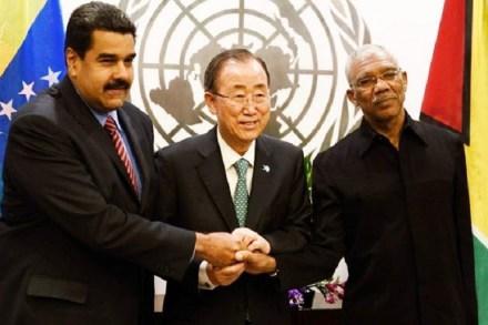 UN Secretary General Ban Ki-Moon (centre) brings together Guyana's president David Granger (right) and his Venezuelan counterpart Nicolás Maduro to shake hands.