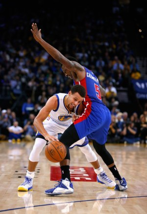 Stephen Curry (left) of the Golden State Warriors tries to dribble around Kentavious Caldwell-Pope of the Detroit Pistons at Oracle Arena last night.