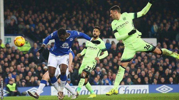 Romelu Lukaku (l) heads in Everton's winner.