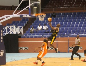 Ricardo Toussaint of Warriors goes to the basket for another two points. (Pictures by Morissa Lindsay)