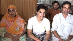 Hassan Khan (centre) with his parents on either side.
