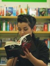 Marcella Gollini legge un brano tratto da Lullaby - foto di Eugenio Saguatti