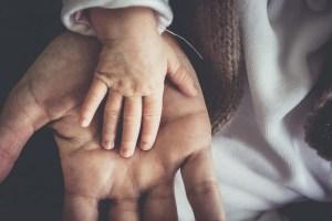 la mano del papà e del bimbo