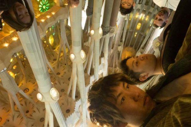 Turistas asiáticos en la Sagrada Familia. Barcelona Hoy.