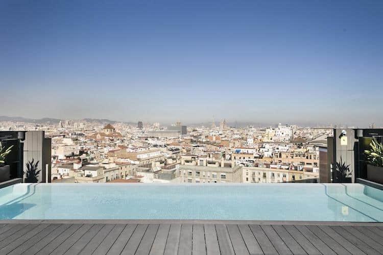 zwembad op dakterras hotel andante in barcelona