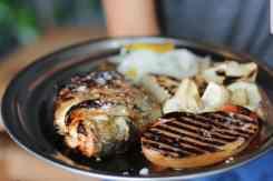 Gerecht met hele vis restaurant Baracca