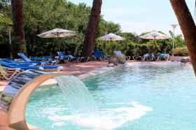 Zwembad met ligstoeltjes camping Rojo