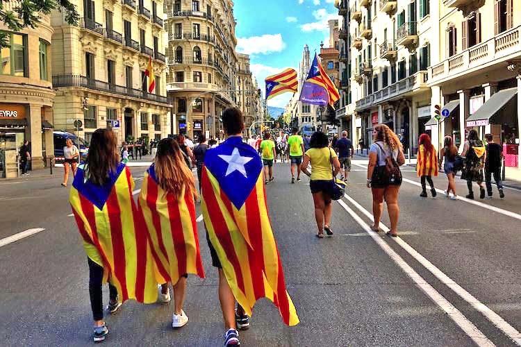 Catalanen tijdens La Diada op Via Laietana