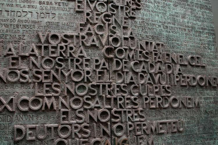 Deur met het Onze Vader binnen in de Sagrada Familia