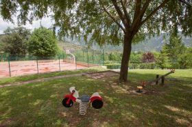 Tennisbaan en speeltuin camping El Bergueda