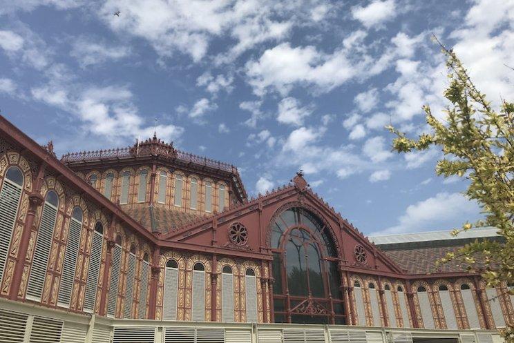 De buitenkant van de markt van Sant Antoni in de wijk Sant Antoni in Barcelona