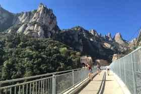 Over de brug naar Montserrat