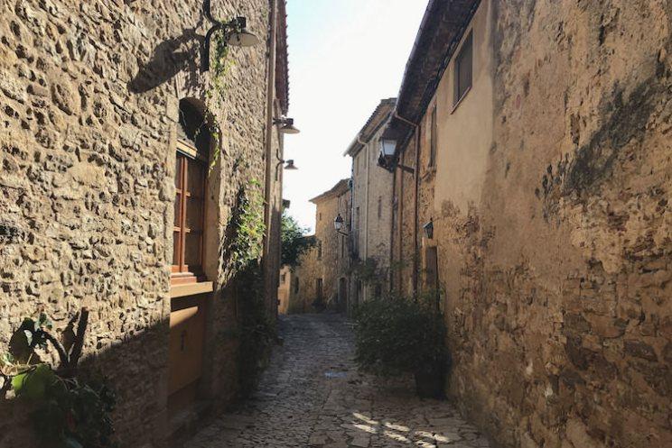 Middeleeuwse straat in Peratallada, Catalonië, provincie Girona