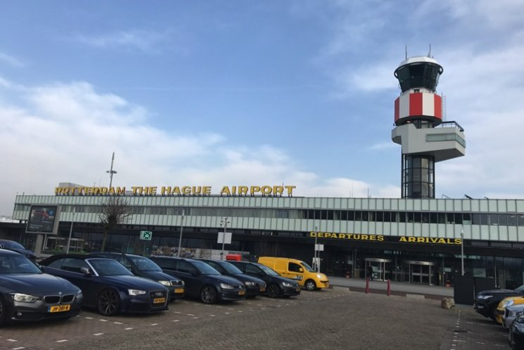 vliegveld van rotterdam met toren