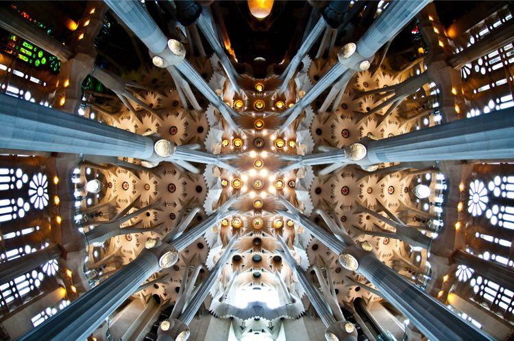 Interieur Sagrada Familia oerwoud van zuilen