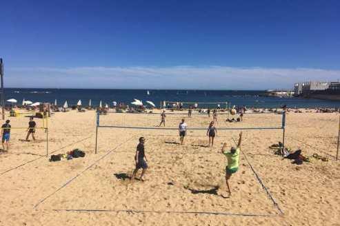 Een potje beachvolleybal op het strand