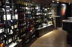 Schap met veel verschillende soorten wijn