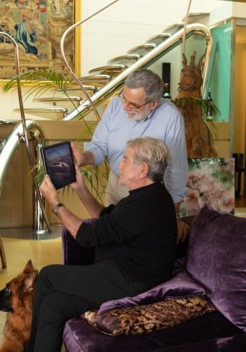 Roberto Cavalli, seduto e Tommaso Spadolini mentre guardano il progetto di Freedom