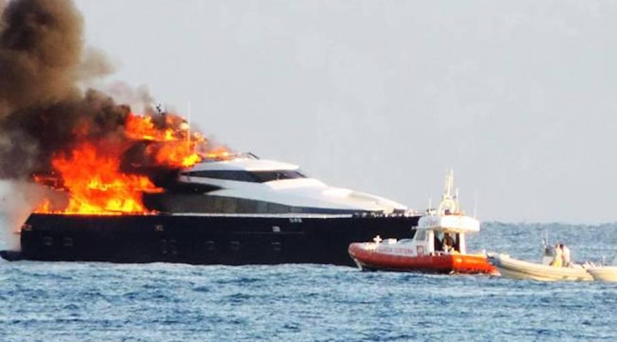 incendio in barca