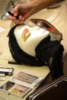 applying the makeup to the head_small