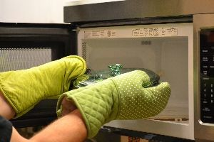 cooking the broccoli in the microwave_small
