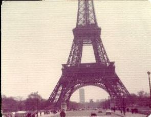 A front view of the Eiffel Tower_small
