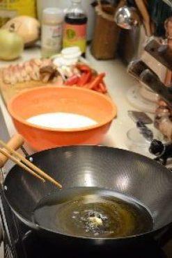 6 tempura garlic clove in hot oil_small