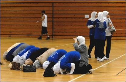 carolina-cyclones-basketball-team-prays
