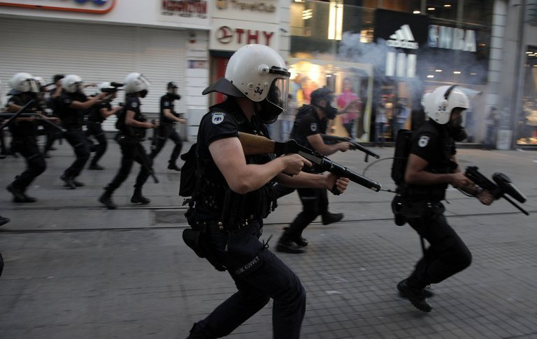 Gobierno de Erdogan persigue a los manifestantes de pueblo en pueblo
