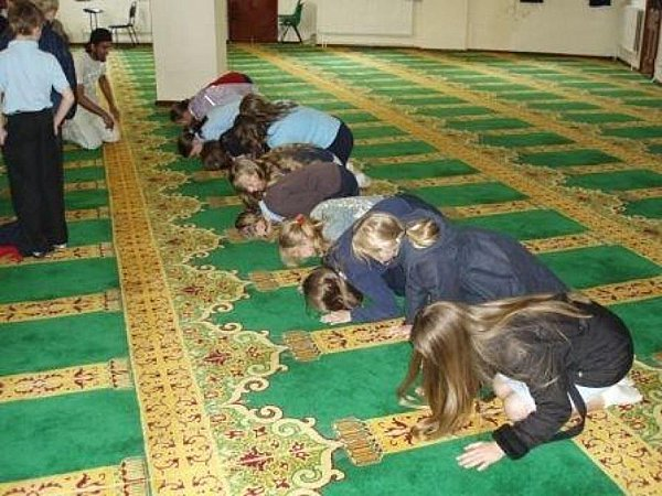 This is what happens when non-Muslim schoolgirls are taken on a school field trip to a mosque