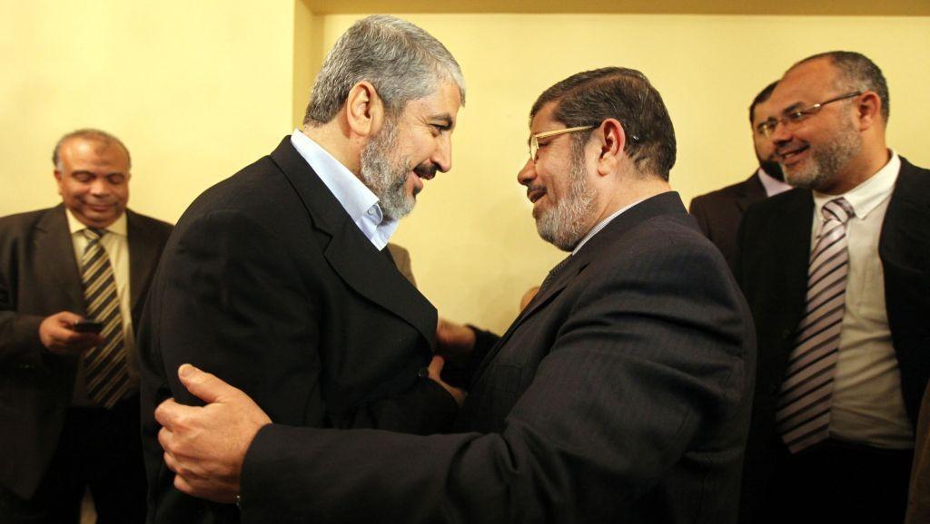El líder de Hamas Khaled Mashal, izquierda, felicita a Mohamed Morsi, el líder del partido de la Hermandad Musulmana para ganar el mayor número de escaños en las elecciones parlamentarias en El Cairo, 21 de enero de 2012.  Y sabemos lo que le pasó a Morsi en junio de 2013!