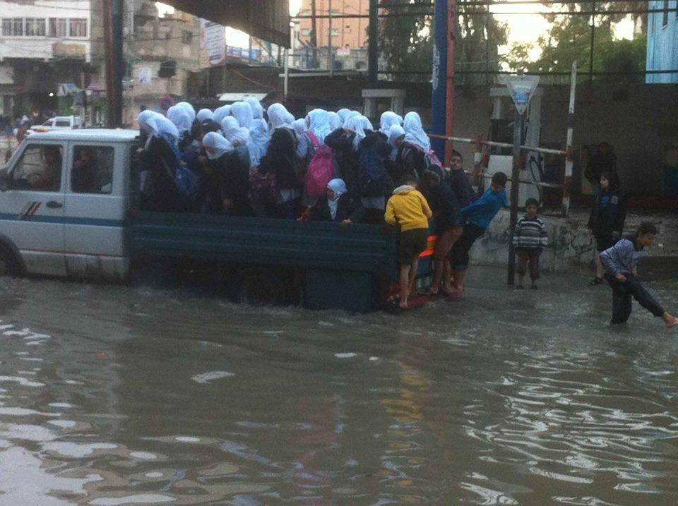 Alcantarillado inunda las calles de Gaza como los cierres del túnel Egipto cortaron la electricidad