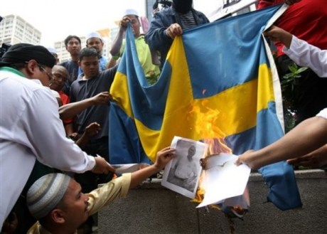 Musulmanes quemando la bandera sueca