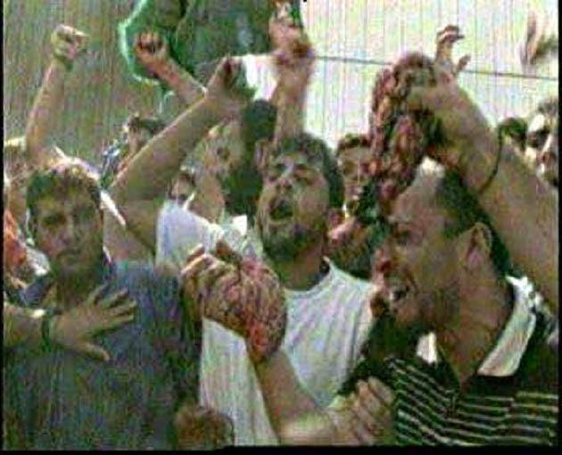 Árabes palestinos lucir alimentación de los órganos internos del IDS soldados