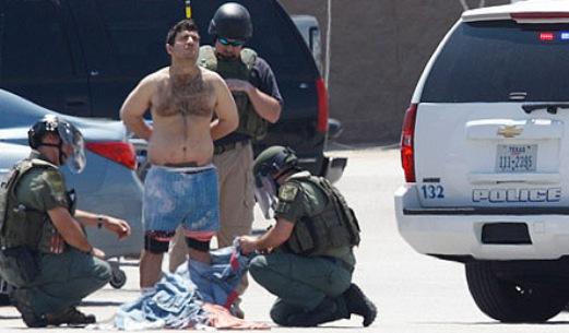 Policía desnudado y registrado el criminal comprobación de bombas