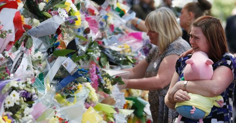 rebecca-rigby-frente-ex-mulher-do-soldado-britanico-assassinado-lee-rigby-chora-neste-domingo-26-diante-de-tributos-deixados-na-cena-do-crime-em-woolwich-londres-o-governo-britanico-esta-1369577050774_956x500