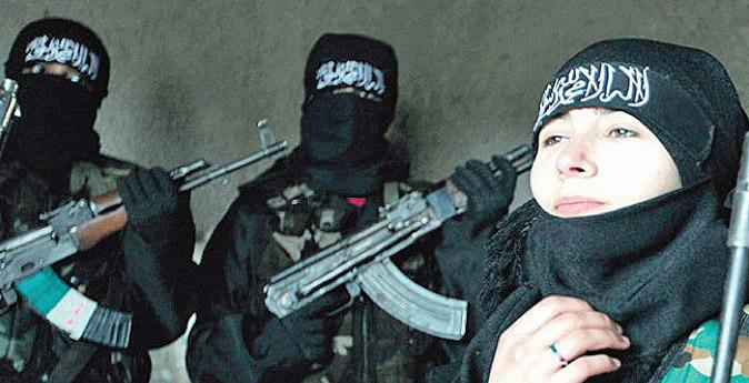 Sabina, en la foto junto a los jihadistas armados con fusiles Kalashnikov, en algún lugar