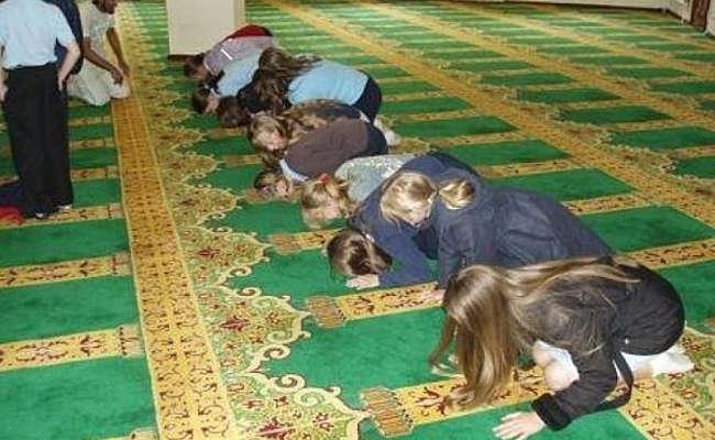 niños en edad escolar-rezar-mezquita